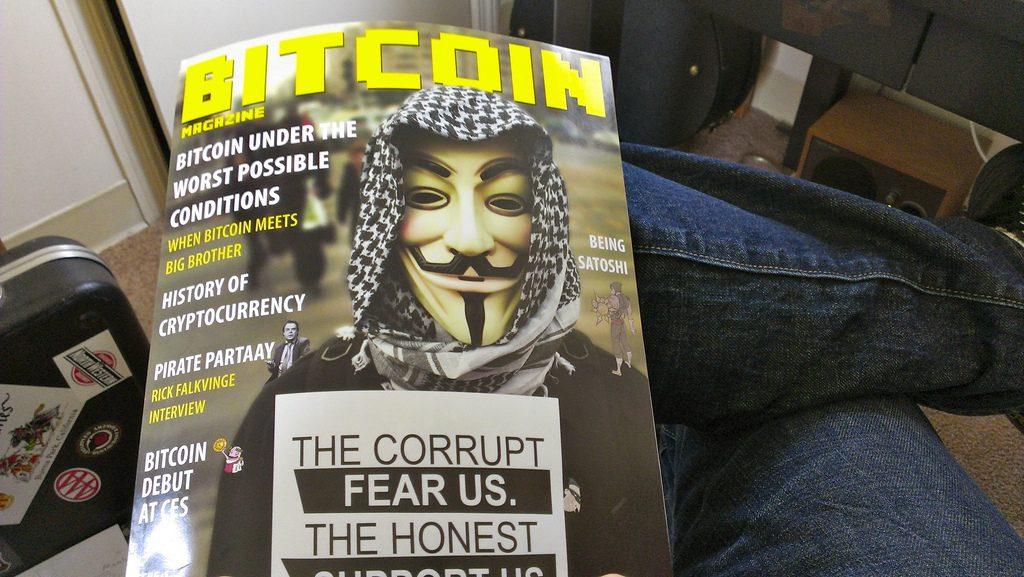 Una revista Bitcoin Magazine y en la tapa se ve una persona con la máscara de V de Vendetta