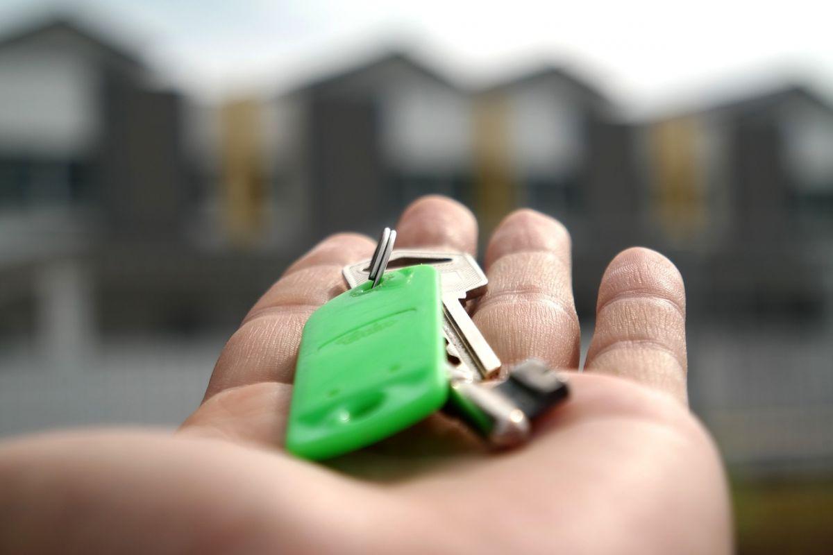 Imagen de una mano con una llave