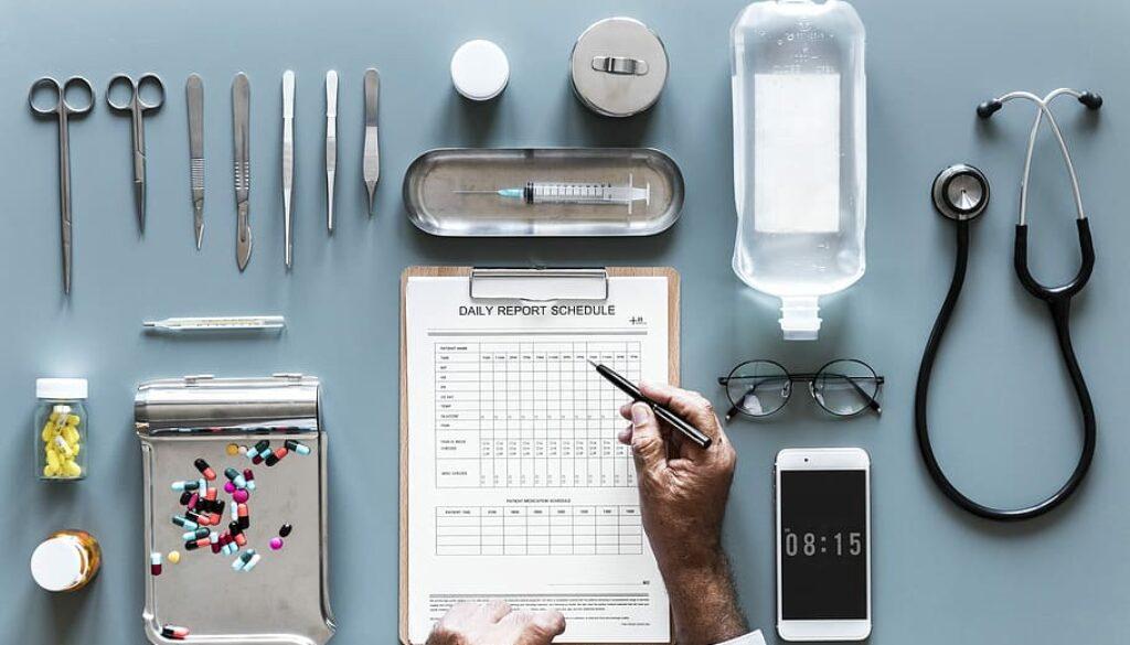 Instrumento de medicina y un celular
